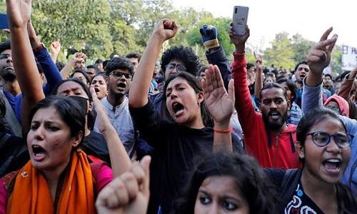 جس حکومت کو چنا وہی ہمیں کاٹ کھانے کو آرہی ہے، بھارتی طالبہ کی بی جے پی پر تنقید