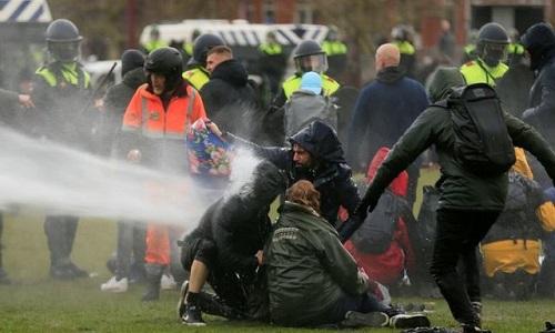 ہالینڈ میں لاک ڈاؤن کے خلاف ہزاروں افراد کا احتجاج