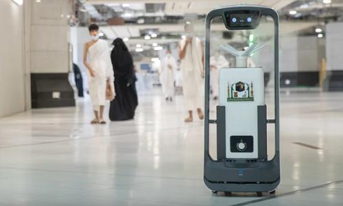 مسجد الحرام میں سینیٹائزنگ کے لیے مزید 10 روبوٹس کی خدمات حاصل کر لی گئیں۔